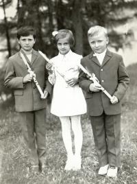 Pavel Štrobl (vpravo) u svatého přijímání (cca 1973)