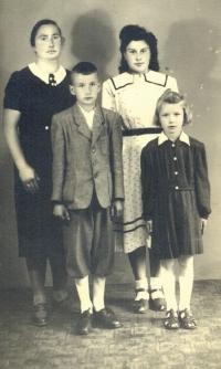 Viktorie Štroblová s dětmi Annou, Františkem a Marií (cca 1948)