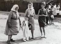 Jindřiška Švajdová (vpravo) s rodinou (vlevo stařenka Věra Nováková, syn Petr)