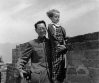 Hana Hamplová na Velké čínské zdi roku 1957