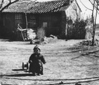 Čína, předměstí Pekingu. Sedmiletá Hana Hamplová s matkou a bratrem zde doprovázeli otce na služební cestě (1956-1958).
