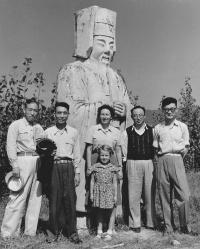 Sedmiletá Hana Hamplová u hrobu dynastie Ming (1958)