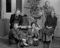 Zleva matka pamětnice Věra Hovorková, na zemi vlevo sedící Hana Hamplová, uprostřed s jezevčíkem dcera Zuzana Hamplová, vpravo sedící tchyně, babička R. Hamplová, stojící manžel Josef Hampl