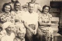 zleva: teta pamětnice Věra Králíková, kapitán sovětských vojáků Biljukov, tatínek Jaromír Králík, maminka Františka Králíková, dole stařenka Věra Nováková, Jindřiška Švajdová (foceno u Věry Novákové na dvoře, v pozadí chlév)