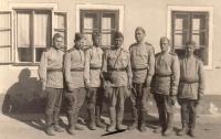 Rodina po válce ubytovávala vojáky sovětské armády - zleva: Jakovlev, Kirejev, Šarin, Biljukov (kapitán), Kubelkov, Hračov