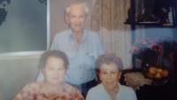 Anna vlevo při návštěvě Izraele s Cvim a Sárou, 1995
