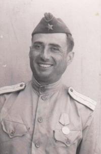Biljukov- kapitán vojáků sovětské armády, kteří byli po válce ubytováni u stařenky Novákové