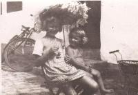 Jindřiška Švajdová (vlevo) v roce 1946