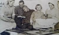 Anna (druhá zprava) v dětských letech