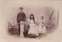 Františka a Matouš Kremlovi s dětmi Janem a Marií, okolo roku 1870