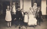 Prarodiče Matouš a Františka Kremlovi, manželé Novákovi s dětmi a sirotek Jan (vpravo)