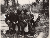 Maksymovych (sedí druhý zleva) s kamarády v Chabarovském kraji, 1951