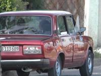 Policejní auto s dvěma agenty G-2 hlídajícími dům Fco. Heroda Díaze Echemendía