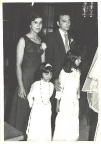 Elene Cinová na svadbe krstnej (vpravo, v pozadí rodičia, vľavo sestra Jana)