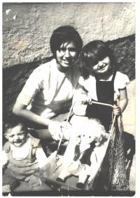 Elena Cinová ako trojročná (vľavo) s mamkou a sestrou