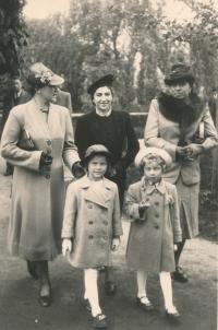 Hana Fousová (dívka vlevo) s maminkou (žena v černém) a jejími přítelkyněmi