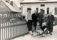 Rodina Reinvaldových a rodina Stránských před válkou. Holčička sedící vpředu na saních je Hana Fousová, pár za ní její rodiče. Ostatní jsou jejich přátelé, rodina Stránských z Městce Králové, všichni zahynuli v koncentračních táborech