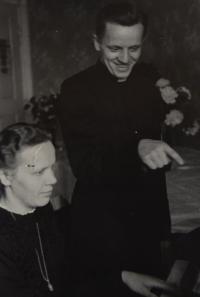 Karel Exner jako bohoslovec se sestrou, začátek 40. let