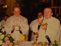 Karel Exner s Karlem Otčenáškem, spolužákem ze semináře, na slavnosti 50 let kněžství, 1994