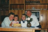 Marie Pucharová se svým manželem a vnoučaty