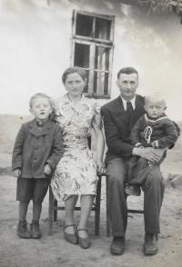 Rodinné foto z roku 1946 Václav Herout sedí otci na klíně