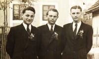 Jindřich (vlevo) a jeho bratři František a Jan v roce 1949