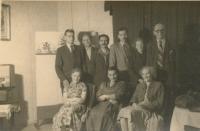 Soubor ochotnického divadla, vlevo sedící Marie Pucharová