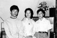 Zleva Tuan Nguyen s matkou a bratrem, Varšava, začátek 70. let