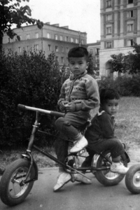 Zleva Tuan Nguyen s bratrem / dětství ve Varšavě