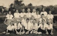 V roce 1954 jako tanečník školy Male Zdence první řada