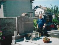 Václav Herout u hrobu svých předků ve Lhotě pod Libčany