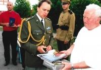 Vojenský atašé ČR z velvyslanectví ze Záhřebu předávají uznání jménem českých veteránů při jejich návštěvě Chorvatska v roce 2009