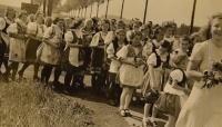 Primice 4. června 1944, průvod krojované mládeže