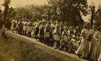 Primice 4. června 1944, průvod krojovaných dívek