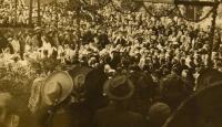 Primice 4. června 1944, shromáždění lidí u slavobrány