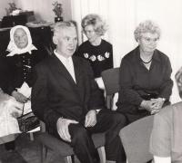 Jaromír a Františka Králíkovi, rodiče pamětnice, za nimi stařenka Věra Nováková a Jindřiška Švajdová
