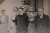 Karel Exner s rodiči a sestrami, 40. léta