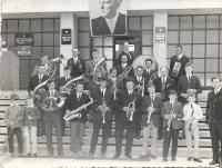 V kapele v roce 1974 hraje Václav Herout na saxofon 4. zleva