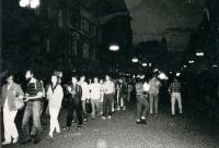 Kamil Miroslav Černý (druhý zleva) při prostesním korzu Na Příkopech, Praha, srpen 1989