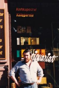 Karol Sidon před knihkupectvím Dialog, 1987
