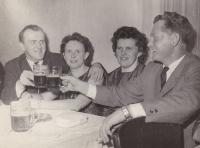 Druhá zleva Anna Smržová se svým manželem Janem