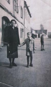 Václav Hora s babičkou, Nýřany, 1943