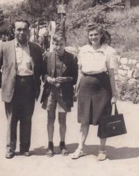 Václav Hora s rodiči vpražské zoo, asi 1947