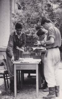 Prodej knih Jaselská kasárna Brno, vlevo, asi rok 1958-1959