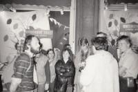 Kamil Miroslav Černý (vlevo) na prostestní akci Mírového klubu Johna Lennona za propuštění Oty Veverky, Praha, podzim 1989