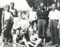 Martin Wels (drží prapor) na letním táboře