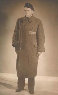 Otec pamětnice Bohumil Procházka v kabátu s číslem z koncentračního tábora Sachsenhausen.