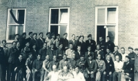 Skupinová fotografie vězňů koncentračního tábora Sachsenhausen (1945)