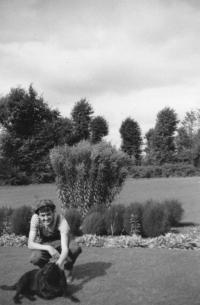 V roce 1966 strávil Miloš dva měsíce v Anglii, zde je v roli zahradníka