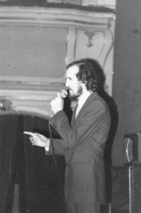 Miloš při konferování, Praha 1975